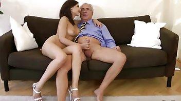 成熟的女人遇到了两个男人,最后和他们在同一张床上