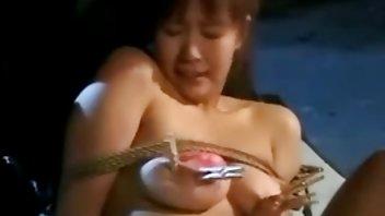 温柔的母亲从邻居女人的粗俗玩具中抽出一口水